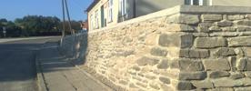 Kamenná zídka a schody